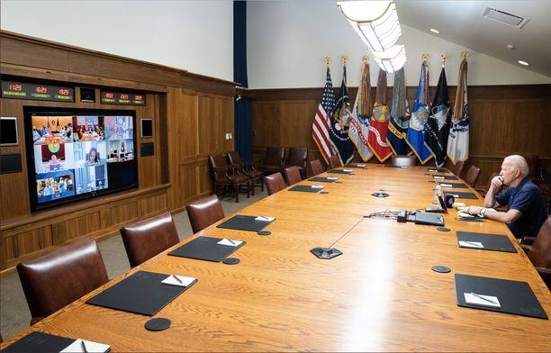 Biden ja varapresidentti Kamala Harris kokoustivat Yhdysvaltojen kansallisen turvallisuuden tiimin sekä vanhempien virkamiesten kanssa Afganistanin tilanteesta sunnuntaina.