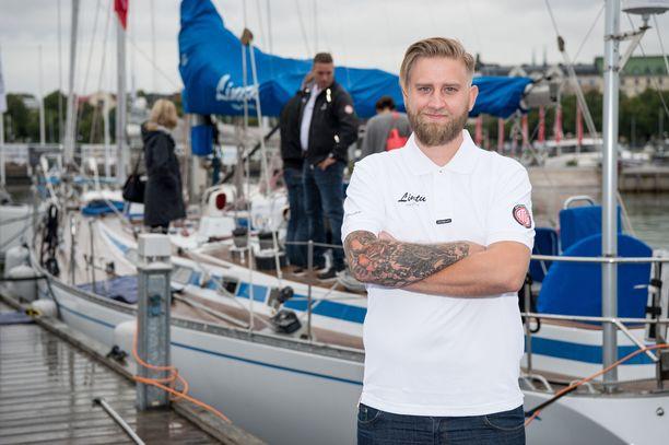 Joel Harkimo isännöi tällä kertaa Lintu-veneen julkkiskipparistoa.