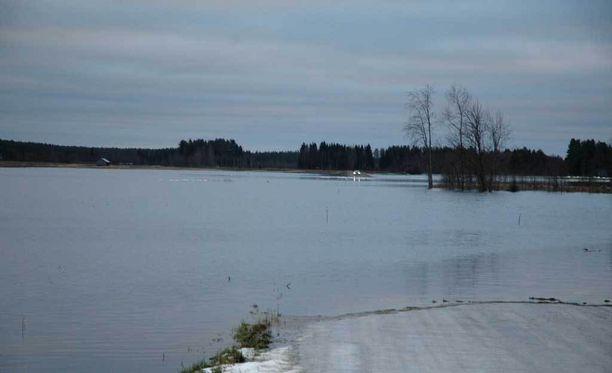Poliisi pitää mahdollisena, että pariskunta on joutunut veden varaan jäiden lähtemisen aikaan. Kuva Siikajoen talvitulvista joulukuulta 2013.