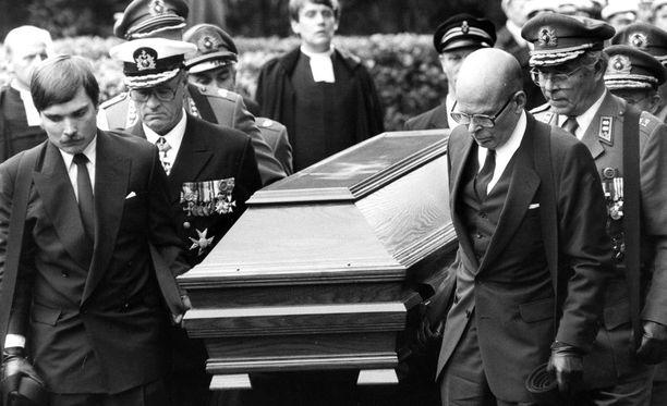 Presidentti Urho Kekkosen poika Matti Kekkonen (oik.) ja pojanpoika Timo Kekkonen (vas.) kantoivat arkkua yhdessä kuuden kenraaliluutnantin kanssa.