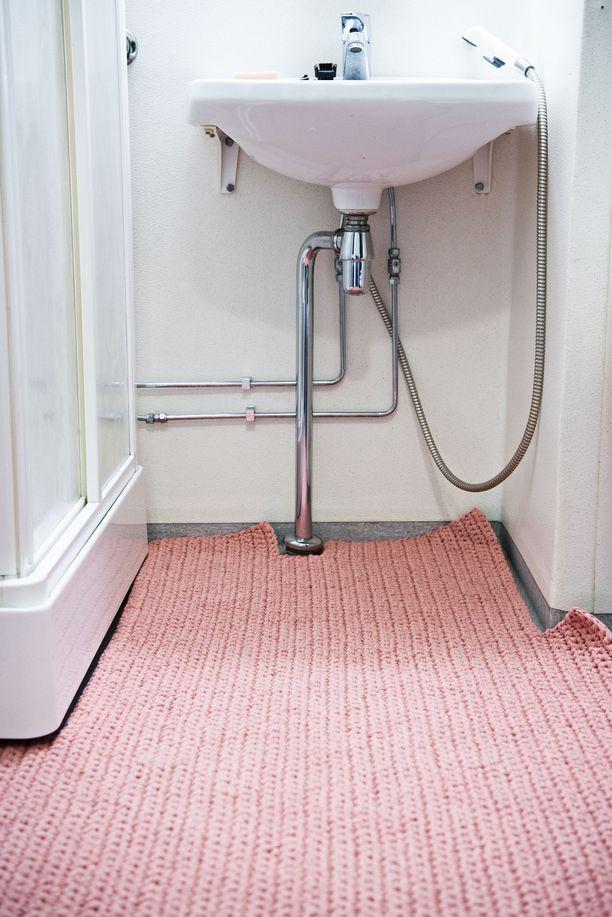 Ehkä epäkäytännöllinen, mutta sievä on tämä kylpyhuoneen mittoihin virkattu kokolattiamatto!