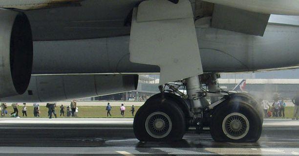 Koneen renkaat kokivat kovia laskeutumisen aikana.