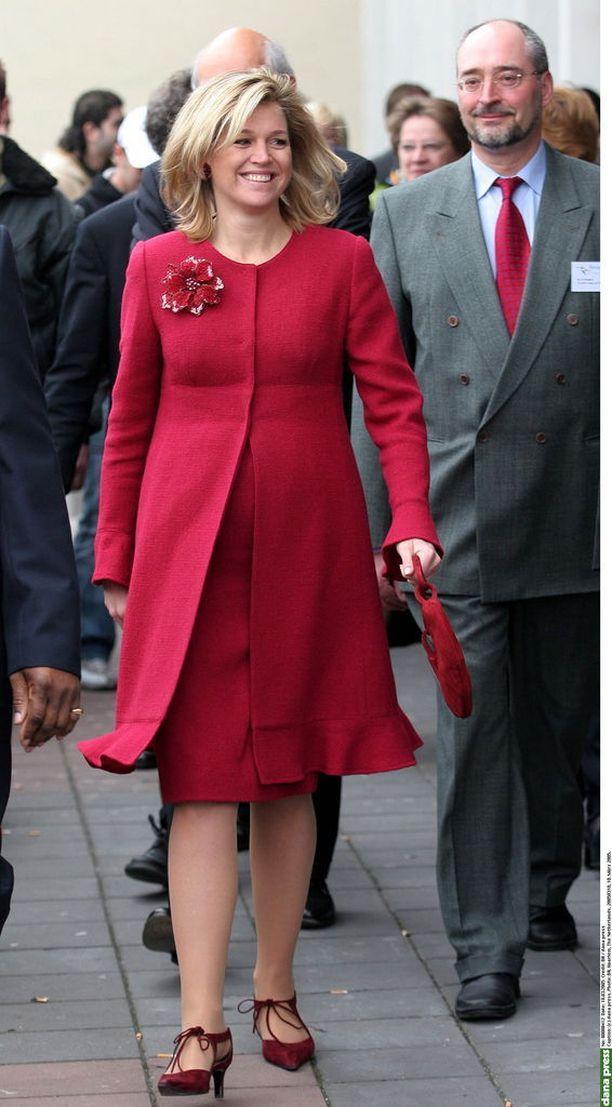 Hollannin kuningatar Maximan kokopunainen look vuodelta 2005.