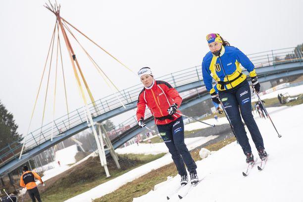 Sydänystävät Krista Pärmäkoski (vas.) ja Maaret Pajunoja ovat nyt myös työkavereita.