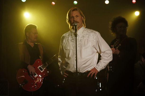 Matti Ristinen näyttelee elokuvassa Kari Tapiota.