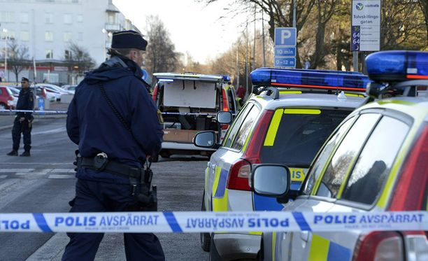 Ruotsin poliisi löysi kotietsinnässä suuren määrän räjähteitä, aseita ja natsimerkkejä Göteborgissa sijaitsevasta asunnosta. Kuvituskuva.