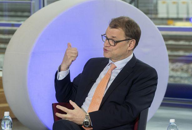Juha Sipilä kuvattuna Alma-talossa järjestetyssä vaalitentissä. Eduskuntavaalien jälkeen Sipilä ilmoitti väistyvänsä keskustan johdosta.