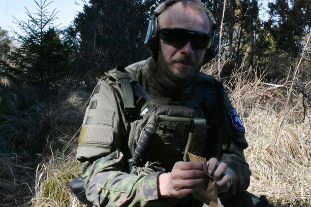 Anssi Pöyry syö tauolla ns. Nato-paketin antimia.