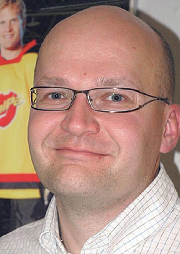UUSI ILME. Toimitusjohtaja Jukka Pennanen on Sami Kapasen ja Kimmo Timosen valvovan silmän alla.