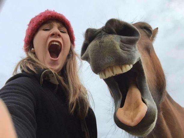 Georgie Bainin kuvassa nauretaan.