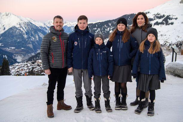 Prinssi Frederik ja prinsessa Mary viipyvät lapsineen Sveitsissä kolme kuukautta.
