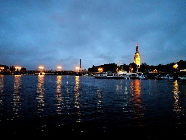 Pariskunta hyppäsi viime yönä riidan päätteeksi jokeen Porissa. Kuva ei liity tapaukseen.