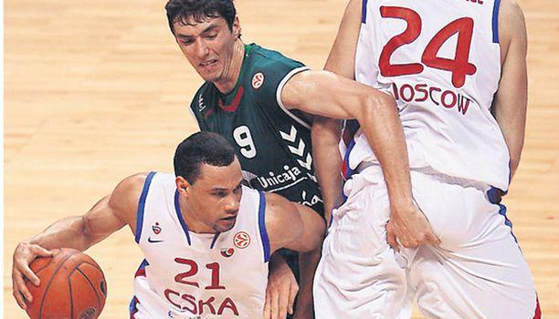 HETKINEN! Ovatko koripallossa kaikki otteet sallittuja? Vai ovatko sukupuolisen tasa-arvon raikkaat tuulet tunkeneet tähänkin peliin niin, että jokainen voi toteuttaa pelin aikana henkilökohtaisia mieltymyksiään mielensä mukaan? Kumpi on sinun tulkintasi keskellä olevan espanjalaispelaajan otteista Moskovan CSKA:n ja Malagan Unicajan välisessä ottelussa?