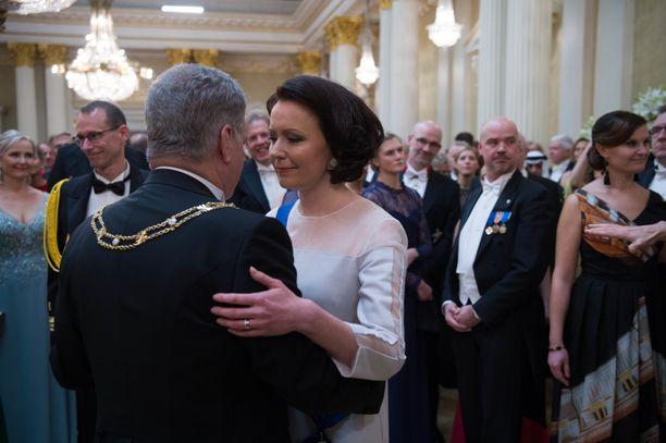 Presidenttipari tanssi ensimmäisen tanssin jo seitsemännen kerran.