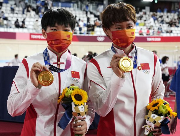Zhong Tianshi (vasemmalla) ja Bao Shanju juhlivat maanantaina olympiakultaa.