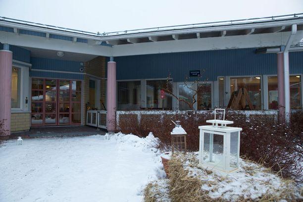 Pihalla on jouluvaloja, heinäpaaleja ja kynttilälyhtyjä joita asukkaat voivat ihastella ikkunasta.