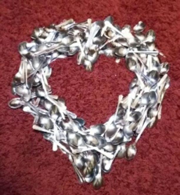 Erkkilät ovat tehneet keräämistään lusikoista muun muassa sydänkoristeita.
