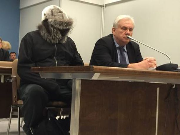 Oikeudessa Seppänen peitti kasvonsa.