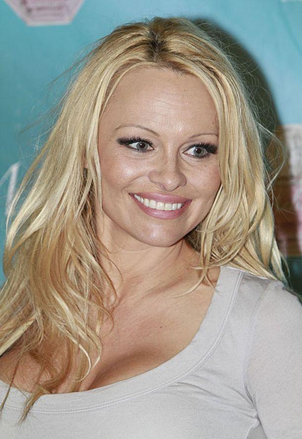 Pamela Anderson tapasi fanejaan Yhdysvalloissa maaliskuussa 2010.
