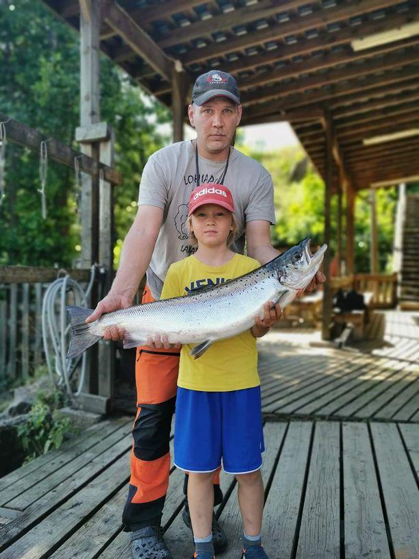 Isä Jukka Rönkä on ollut vielä apuna kalojen väsytyksessä.
