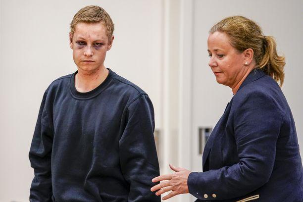 Philip Manshaus (vas.) saapui oikeuteen yhdessä asianajajansa Unni Friesin kanssa.