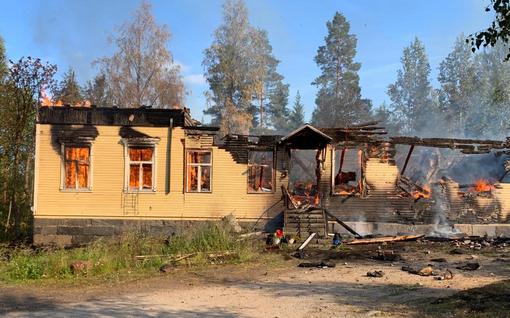 Vanha puukoulu tuhoutuu tulipalossa Ylöjärvellä – savupatsas näkyi Näsijärven yli Tampereelle asti