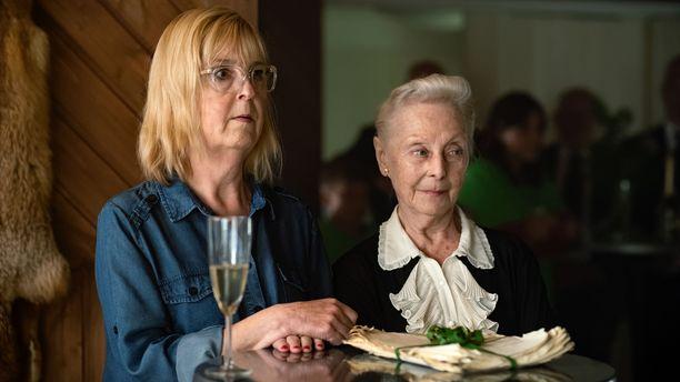Leena Uotila ja Seela Sella tähdittävät elokuvaa.