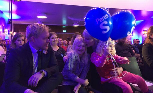 Laura Huhtasaari esitteli Kirjan talolla pitämässään kampanja-avauksessaan perheensä. Huhtasaaren sylissä 4-vuotias Ellen-tytär ja viereisellä tuolilla 11-vuotias Hilla. Hillan vieressä aviomies Teemu Lämsä.