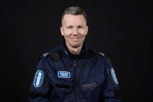 Poliisi Tommi Heikkilä tähdittää Poliisit-sarjaa.