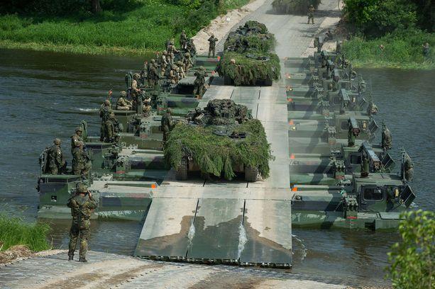 Sotilasajoneuvot Iron Wolf 2017 harjoituksessa Liettuassa kesäkuussa. Amerikkalaistutkija arvostelee muun muassa huonoa infrastruktuuria joissakin Euroopan osissa.