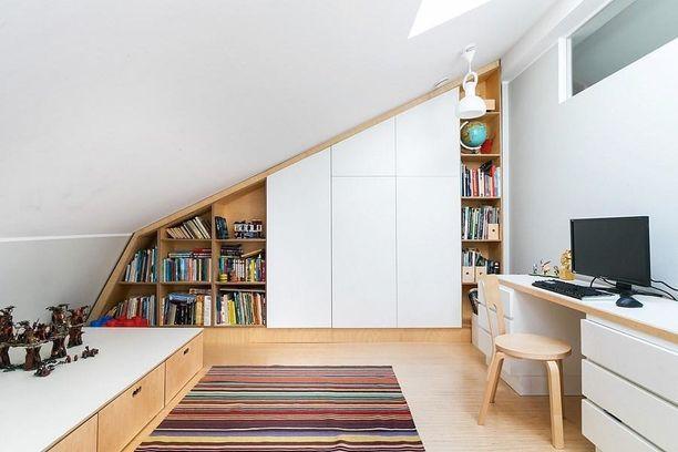 Vinokaton alle suunniteltu kirjahylly on fiksu ratkaisu tässä huoneessa.