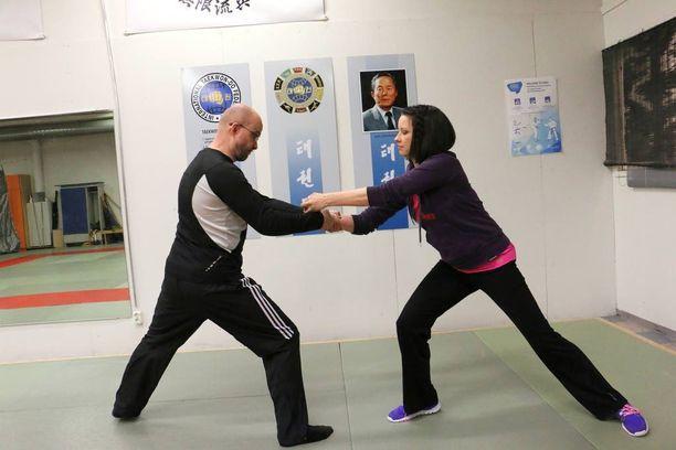 Eveliina Hiltunen on uhkaavassa tilanteessa ja Mika Christophliemk esittää hyökkääjää harjoitustilanteessa.