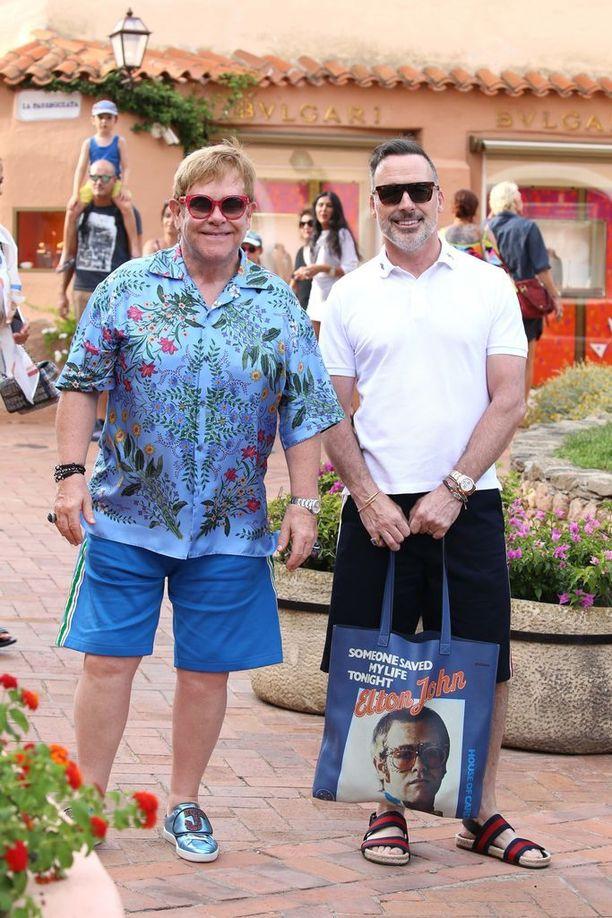 Elton Johnin lomatyyli on värikäs.