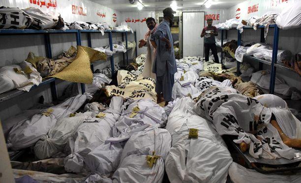 Lämpöaallossa kuolleiden ruumiita oli kerätty ruumishuoneelle Pakistanin Karachissa.