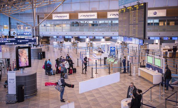 Tältä Helsinki-Vantaan lentoasemalla näytti maaliskuussa matkustusrajoitusten astuttua voimaan.