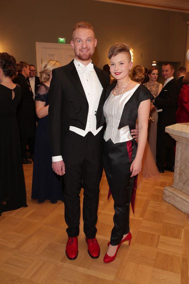 Suomen ylioppilaskuntien liiton SYL:in puheenjohtaja Heikki Koponen ja hänen kumppaninsa Milja Asikainen edustivat punaisissa kengissä.