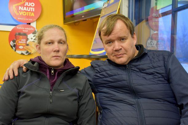 Raskaana oleva Sisko Telkki joutui sairaalaan kesken Las Palmasin lomakaaoksen. Olli-Pekka Telkki pettyi matkanjärjestäjän toimiin.