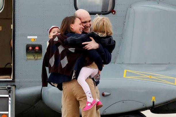 Vapautettu Nicolas Henin halasi onnellisena perhettään Villacoublayn sotilaslentokentällä Pariisissa.