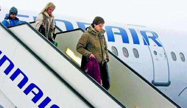 RUKALLA Mico-poika ja Tiia-vaimo kannustavat Jannea maailmancupin avauksessa.