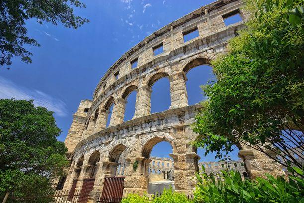 Pulassa voi ihastella vaikkapa hyvin säilynyttä roomalaisaikaista amfiteatteria.
