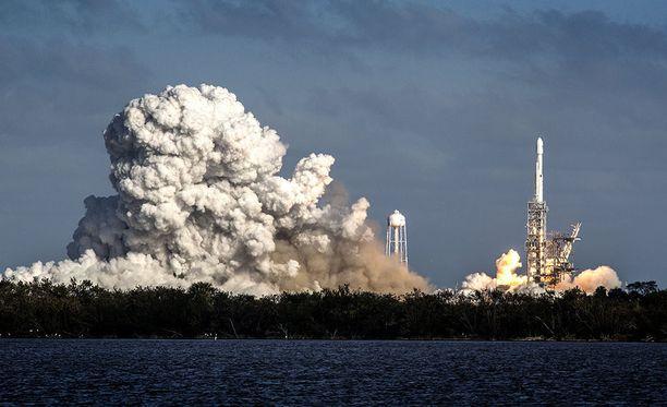 Elon Muskin SpaceX-yhtiön valtava kantoraketti laukaistiin onnistuneesti avaruuteen myöhään tiistai-iltana Suomen aikaa.