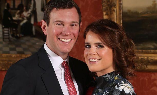 Prinsessa Eugenie ja Jack Brooksbank vihitään lokakuussa. Pariskunta joutui siirtämään häidensä alkamisajankohtaa prinssi Harryn häiden takia.