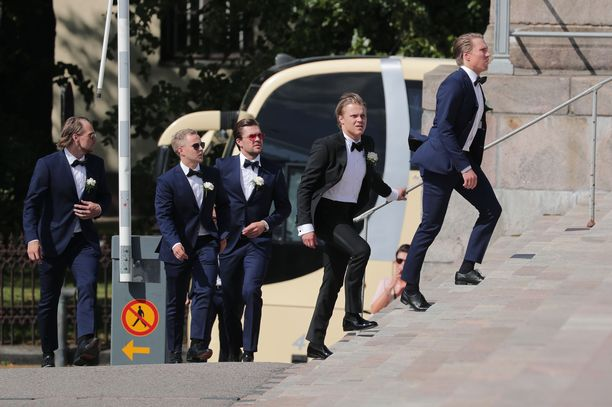 Sulhanen Mikael Granlund saapui kirkkoon seurueessa, johon kuului muun muassa jääkiekkoilija Siim Liivik.