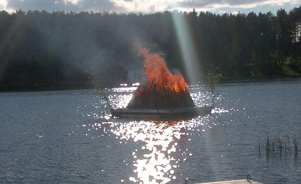 Lappajärvellä Järviseudun Golfseuran päärakennuksen edustalla roihunnut kokko keräsi paikalle kosolti ihailijoita.