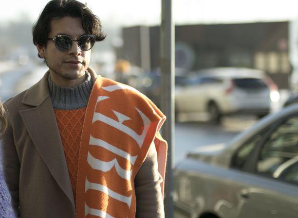 Neuleen kanssa sävy sävyyn oleva huivi toimii katseenvangitsijana, ja kamelinvärinen takki myös sopii oranssiin täydellisesti.