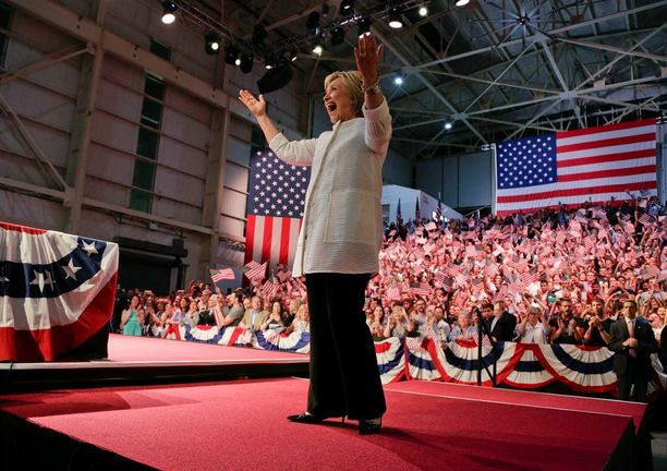 Sukupuoli voi olla Hillary Clintonin vahvuus, mutta se on myös stigma, perinteisessä mielessä. Poliitikkonaista arvioidaan herkästi sekä luonteen että maun perusteella.