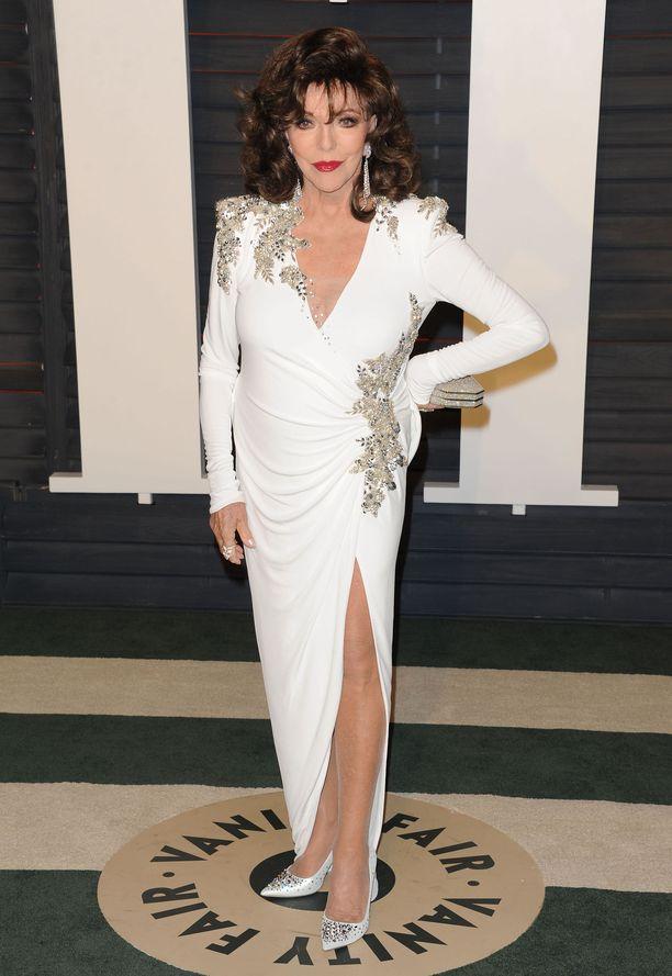 Joan Collins juhlii Oscareita vuonna 2016.