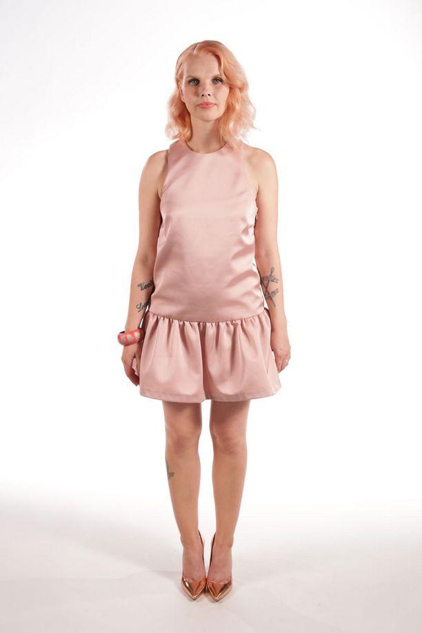 Siro Henna suorastaan sädehti vaaleanpunaisessa mekossaan.