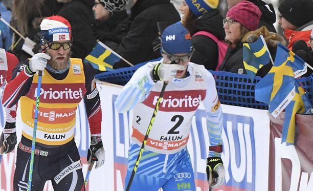 Matti Heikkinen ei pysynyt Martin Johnsrud Sundbyn (vas.) ja kumppanien kyydissä Falunissa.