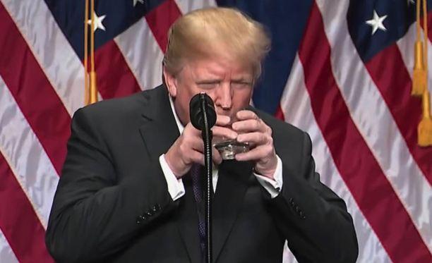 Netissä on huolestuttu siitä, että Trump ei hallitse motoriikkaansa, joka voisi olla oire terveysongelmista.